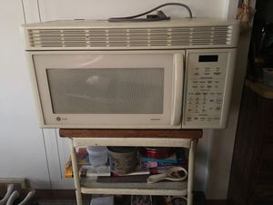 Nice over the range microwave for Sale in Brooklyn, OH