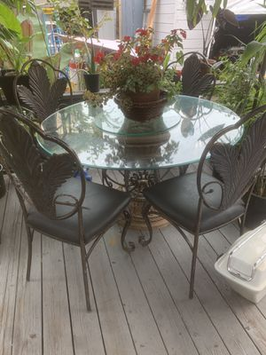 """Beautiful 54"""" Glass table and 4 metal matching chairs for Sale in San Leandro, CA"""