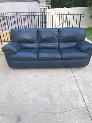 Couch leather for Sale in Glenn Dale, MD