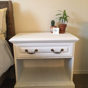 White Distressed Nightstand/Side Table for Sale in Aurora, OR