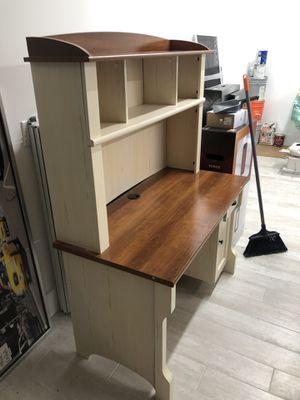 Desk small desk for Sale in Hialeah, FL