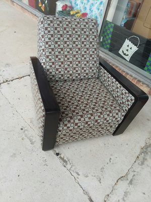 Modern recliner chair! No stinks or smells😝super comfy 😉32x38.. for Sale in Joliet, IL