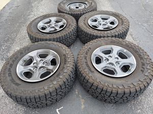 "17"" JEEP GLADIATOR WHEELS AND TIRES for Sale in Carrollton, TX"