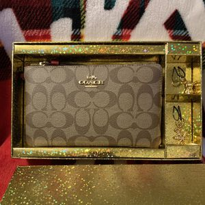Coach Large Corner Zip Wallet With Two Charms In Holiday Gift Box for Sale in Los Angeles, CA
