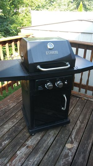 Nice clean gas grill and half a tank of propane. for Sale in La Vergne, TN