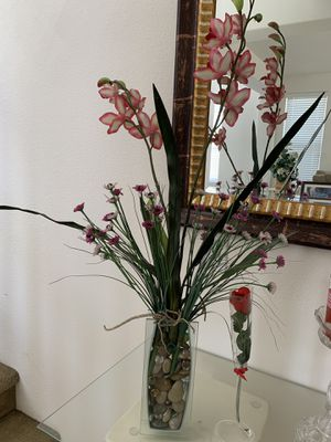 Glass vase with flowers arranged for Sale in Moreno Valley, CA