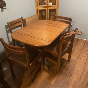 Kitchen / Dining Table for Sale in Bonney Lake, WA