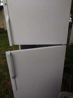 GE Refrigerator 18 Cu. Ft top freezer for Sale in Tampa, FL