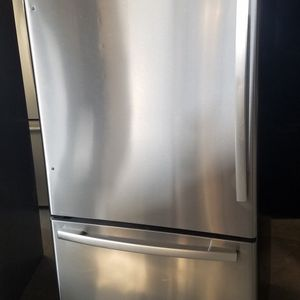 Whirlpol Refrigerator for sale for Sale in Bakersfield, CA