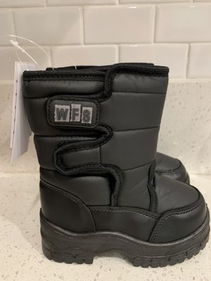 Kids snow boots size 8 for Sale in Riverside, CA