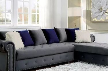 GLAM GRAY VELVET FABRIC SECTIONAL SOFA COUCH CHESTERFIELD TUFTED NAILHEAD ACCENTS - SECCIONAL SOFA COUCH for Sale in San Fernando,  CA