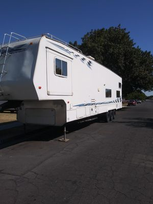 2005 Weekend Warrior toy hauler 40 ft for Sale in Fresno, CA