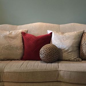 Beautiful New Couch With Extra Pillows for Sale in Kent, WA