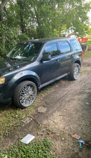 This is a 2011 Mazda tribute got two custom rims on it very clean call AC runs well very well for Sale in Houston, TX