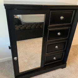 Dresser/Chest In good condition for Sale in Atlanta,  GA