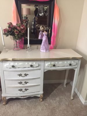 ANTIQUE VINTAGE DRESSER OR MAKEUP STATION WHITE AND GOLD for Sale in West Palm Beach, FL