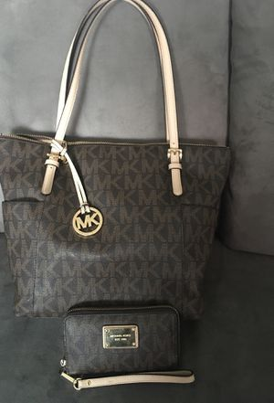 Michael kors purse and wristlet very good condition used only a few months for Sale in El Paso, TX