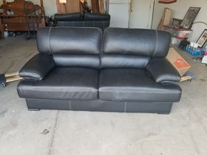 6 foot leather couch for Sale in Selma, CA