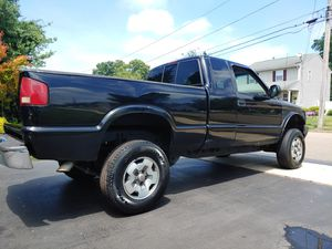 NICE WORK TRUCK 2000 CHEVY S10 ZR2 4x4 PICKUP TRUCK for Sale in East Haven, CT