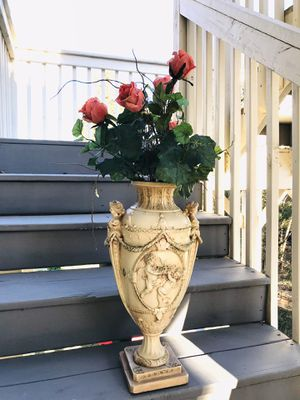 Beautiful Vase with Artificial flower arrangement for Sale in Flowery Branch, GA