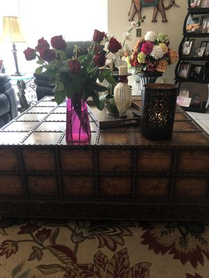 Antique coffee table 45 x45 with two draws for Sale in Orlando, FL