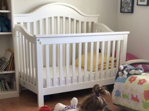 White Crib with optional toddler bed conversion. for Sale in Rancho Palos Verdes, CA