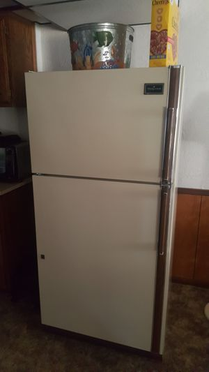 Hot Point Refridgerator with Ice Maker for Sale in Jefferson City, MO