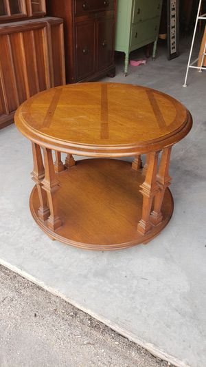 Vintage Lane round end table for Sale in Wellington, KS