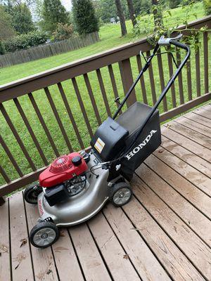 Honda Lawn Mower w/ Bag for Sale in Upper Marlboro, MD