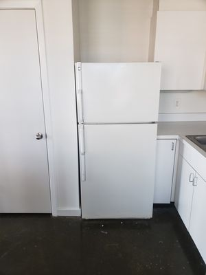 Very Cold!!!!!! GE Top Freezer Refrigerator for Sale in Mesquite, TX