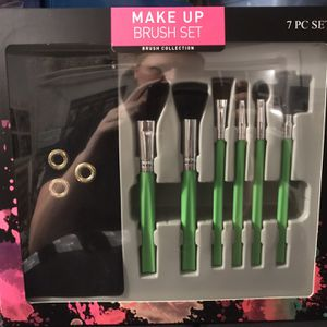 Makeup Brush Set 7 Piece Set Includes A Travel Case for Sale in Elma, WA