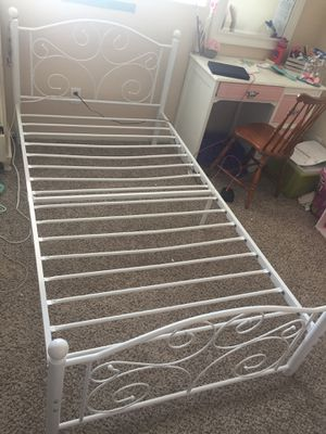White Iron twin bed for Sale in Temecula, CA