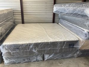 New king Stearns and foster estate cool gel pillow top mattress and free box spring for Sale in Winter Park, FL