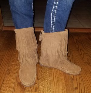 MINNETONKA DOUBLE LAYER FRINGE BOOTS SZ 6.5 WOMEN for Sale in Liberty, MO