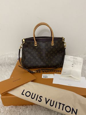 BEAUTIFUL AUTHENTIC LOUIS VUITTON PALLAS QUETSCHE COMES WHIT RECEIPT AND DUST BAG THIS BAG RETAIL OVER $2500 SO PLEASE DONT SEND RIDICULOUS OFERTS for Sale in Modesto, CA