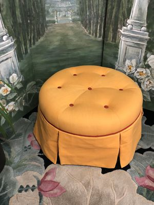 """Like New Large Orange Ottoman or Vanity Seat with Red Tufts C26"""" xH16 for Sale in Boynton Beach, FL"""