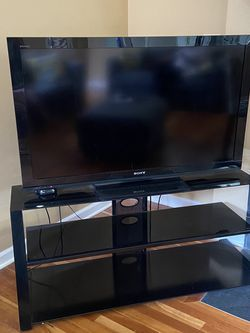 [Pending Pickup] Free 46 Inches TV And TV Stand for Sale in Redmond,  WA