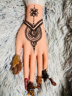 Henna on hand nails by @ameyatzin_beauty for Sale in Riverside, CA