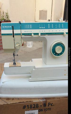 Maquina de coser singer nomas le falta el pedal y la vovina cose vien for Sale in Baldwin Park, CA
