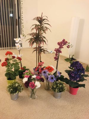 Artificial plants with pot/vase for Sale in San Diego, CA