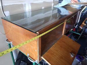 Vitrina o aparador de vidrio con llabe for Sale in San Diego, CA