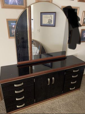 Dresser Set With Mirror for Sale in Puyallup, WA