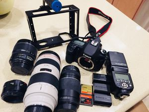 Canon 7D eos with 4 lenses, 3 batteries,2 sd cards, flash, and steady cam holder for Sale in Henderson, NV