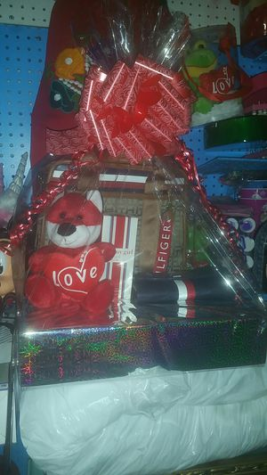 Bolsa tommy con su cartera y perfume for Sale in Phoenix, AZ