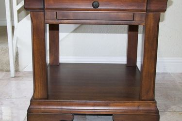 Wooden Night Stand Excellent Condition 26x28x25 for Sale in Las Vegas,  NV