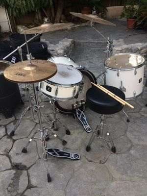 Gretsch Energy Drum Set PLUS Roadrunner Case Set, Throne, extra Toms, etc!!! for Sale in West Hollywood, CA