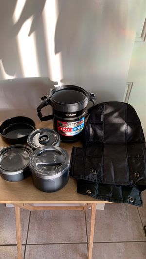 """Zojierushi, vacuum insulation keeps lunches """"HOT or COLD"""" Three microwaveable inner containers. for Sale in Carson, CA"""