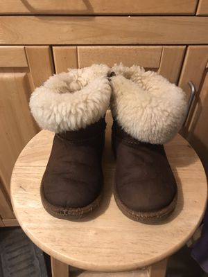 UGG BOOTS LITTLE GIRLS SIZE 9 for Sale in Lakewood, CA