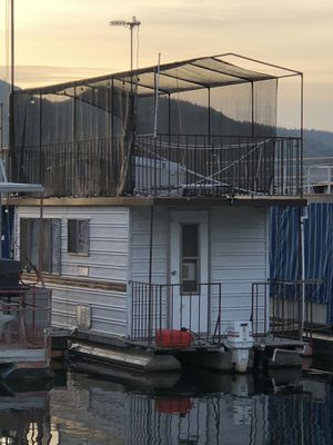 (BOAT) HOUSEBOAT 27' SELF CONTAINED for Sale in Sanger, CA