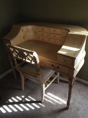 Desk & Chair for Sale in Dundee, FL